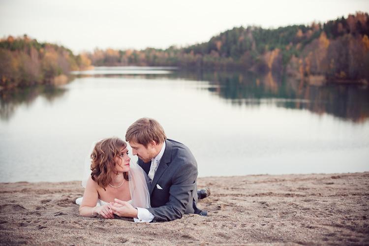 Brudpar vid vik, Husby