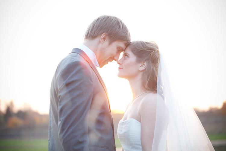 Motljusbild av brudpar