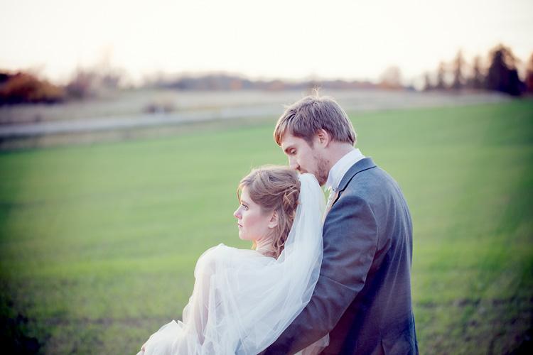 Eftermiddagsljus under fotografering av brudpar