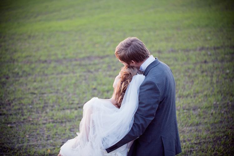 Kärleksfullt brudpar under bröllopsfotografering Stenhamra