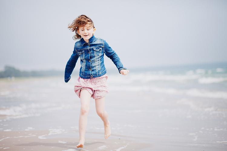 Barn fotograferad på strand på Fårö av Jessica Lund