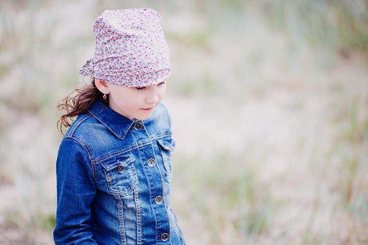 barn med P.O P scarf fotograferad av barnfotograf Jessica Lund