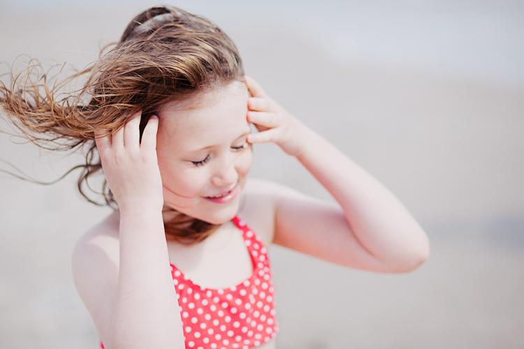 på strand med POP bikini fotograferad av Jessica Lund