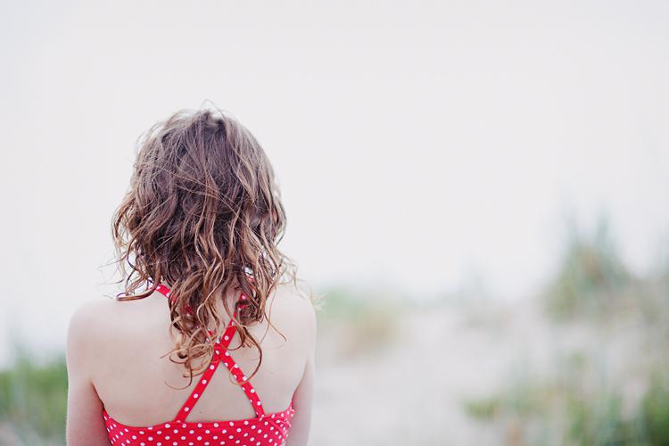 flicka med röd prickig bikini