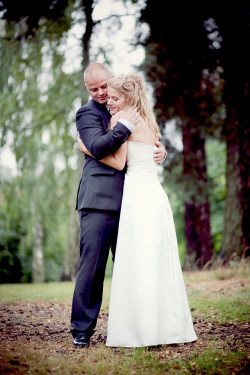 Brudpar fotograferade i regn av bröllopsfotograf i Enskede Jessica Lund