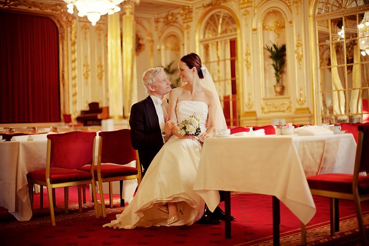 Brudpar i Spegelsalen på Grand hotell fotograferat av bröllopsfotograf Jessica Lund