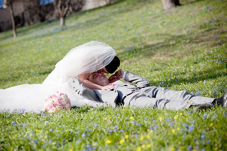 brudpar i Tyresö Slottspark fotograferade av bröllopsfotograf i Tyresö Jessica Lund