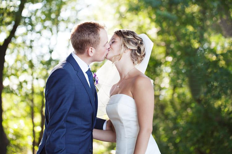 Bröllopskyss på Långholmen fotograferat av bröllopsfotograf på Södermalm Jessica Lund