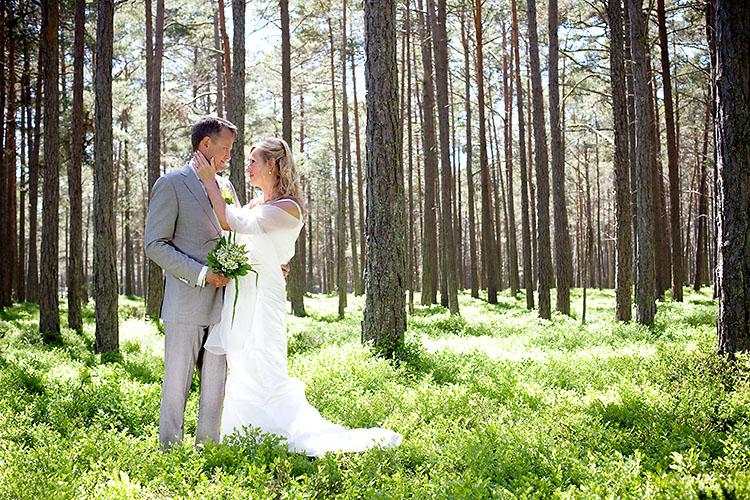 bröllopsfotografering i Sandhamns skog med liljekonvaljbukett
