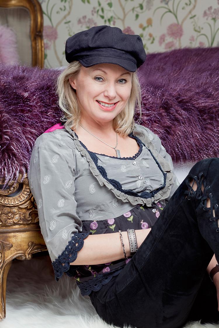 Louise Hoffsten fotograferad på Gjörvälns Slott av fotograf Jessica Lund