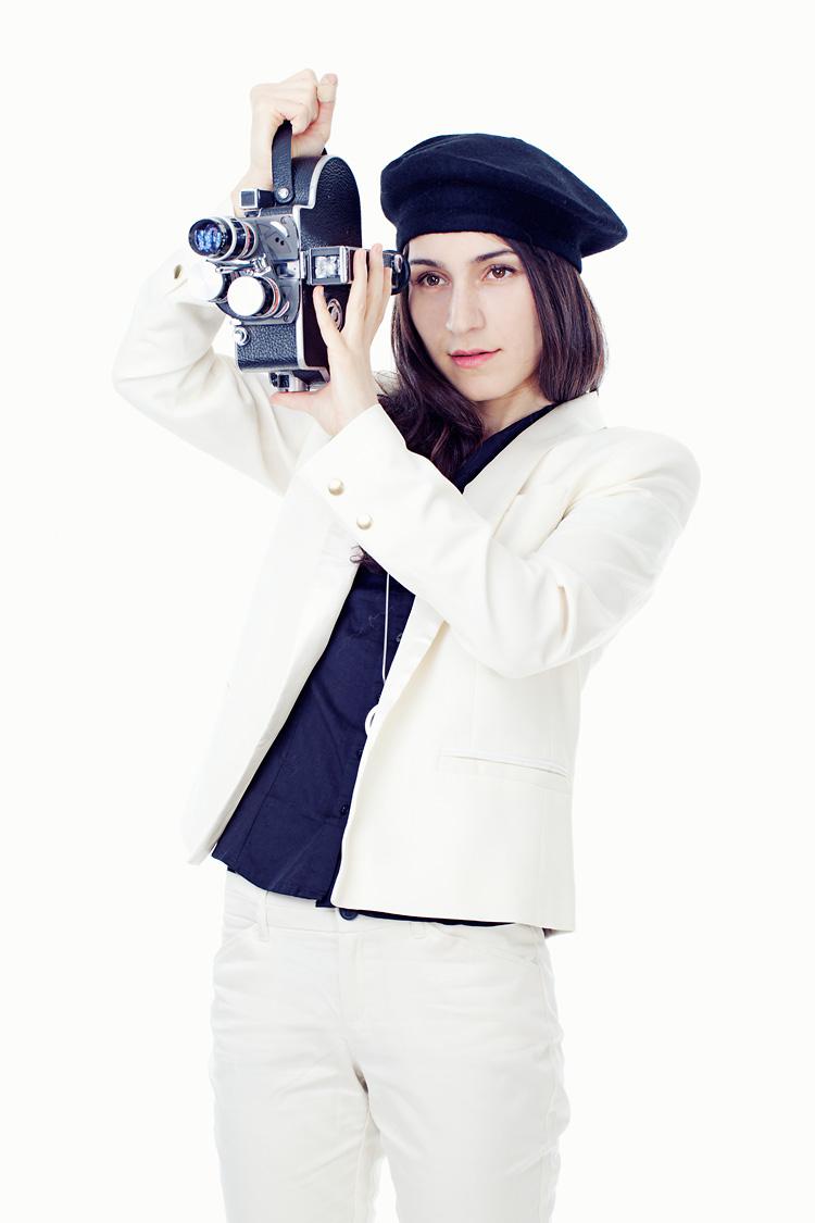 Laleh med filmkamera i Jessica Lunds fotostudio