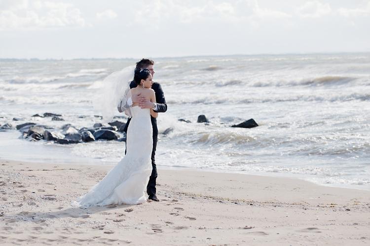 brudpar vid havet i Skåne och Klitterhus fotograferat av bröllopsfotograf i Skåne Jessica Lund