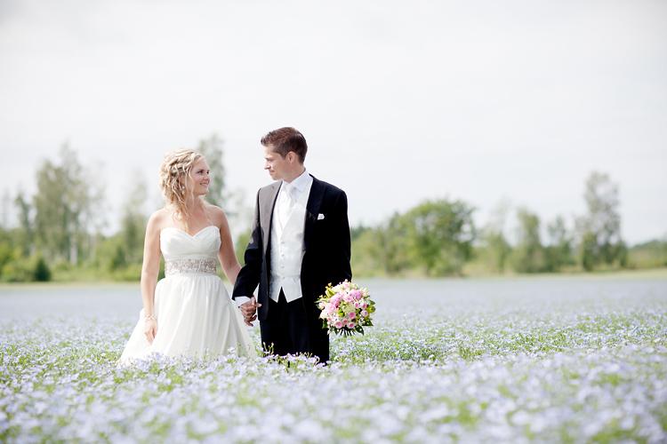 Brudpar på linäng i Vadstena fotograferad av Jessica Lund