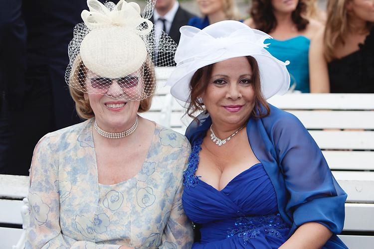 bröllopsgäster med hattar