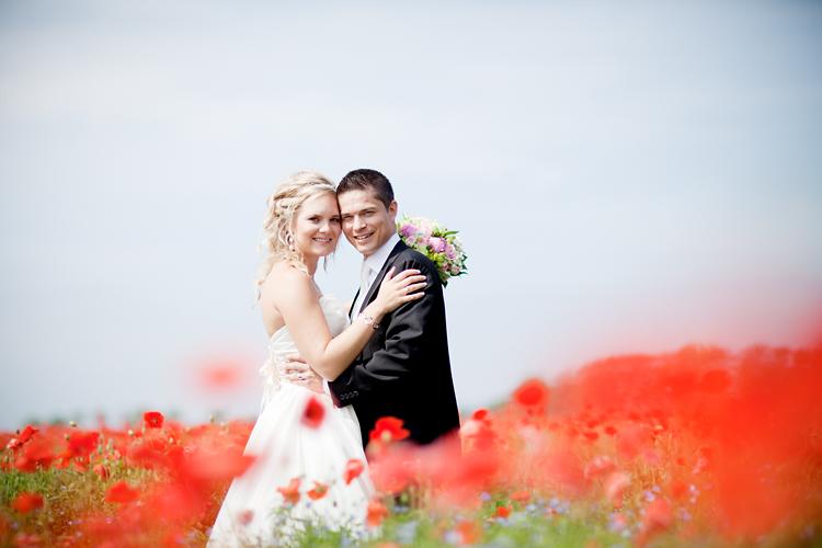 Brudpar fotograferat på Vallmofält i Vadstena