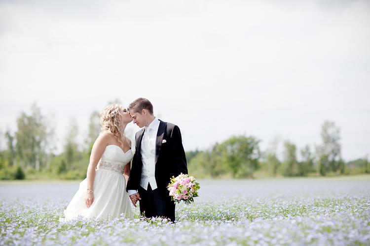Bröllopsfoton  tagna av fotograf på linäng i Motala och Vadstena