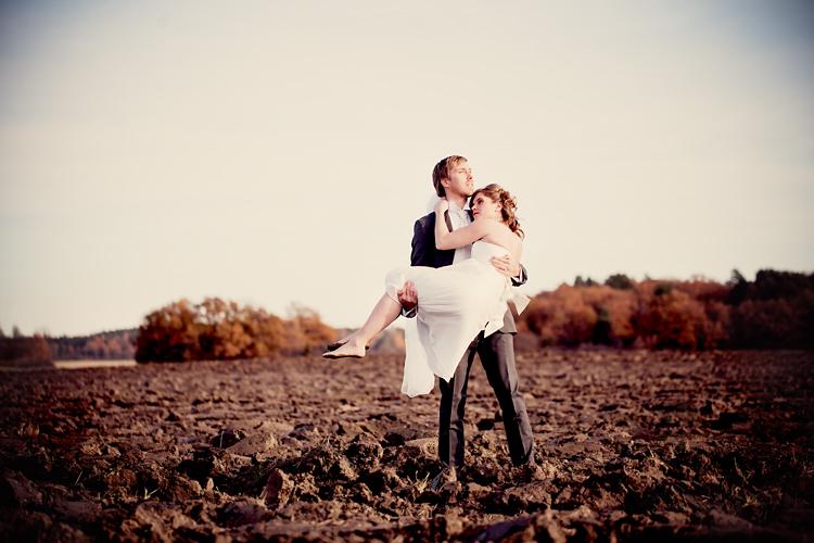 Brudpar fotograferat av bröllopsfotograf Stockholm på åker Ekerö