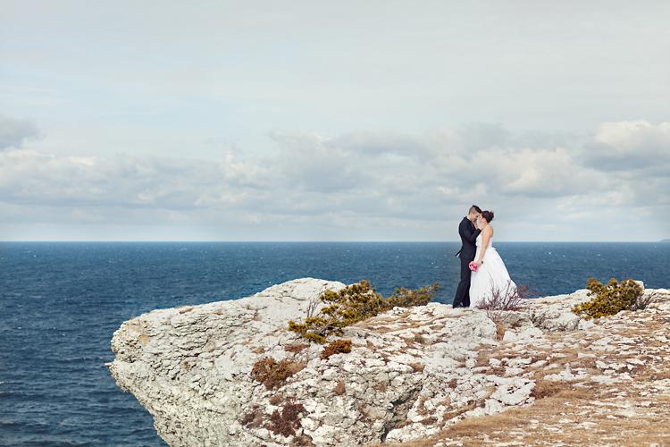 bröllop på Gotland, brudpar på klippa
