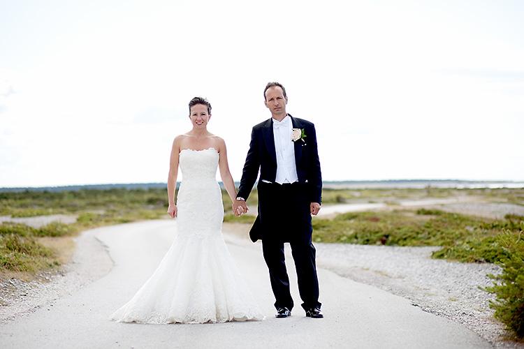 brudpar fotograferade på väg