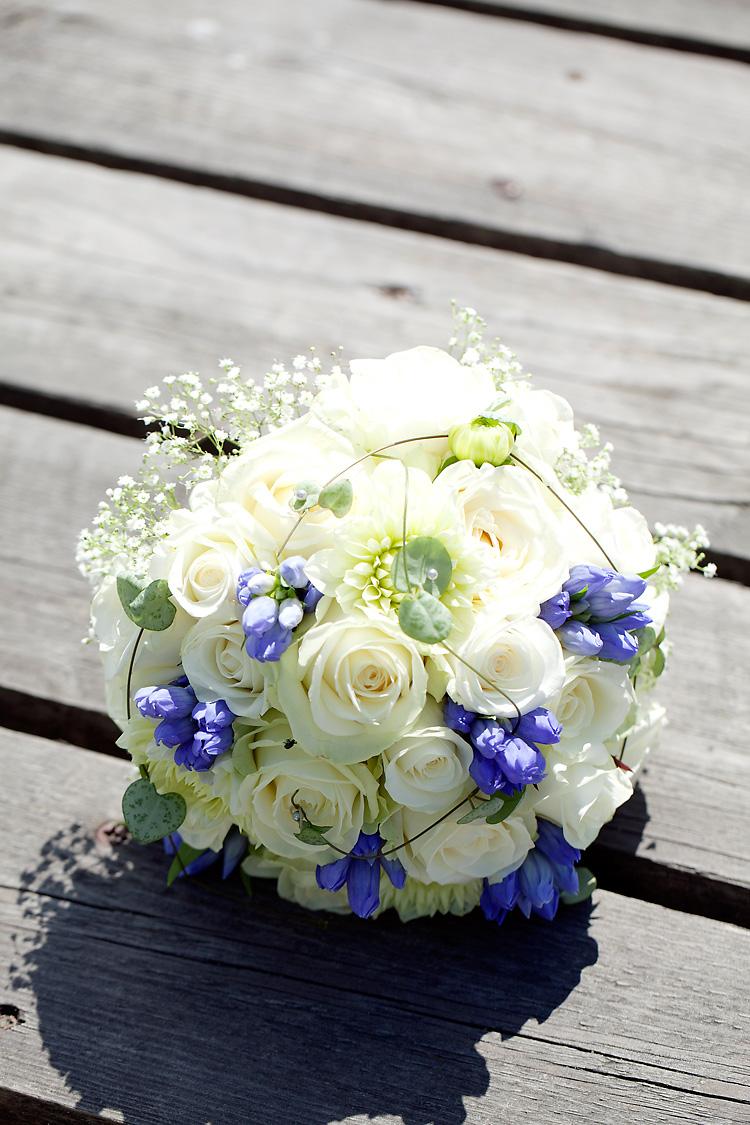 brudbukett med vita och blå blommor