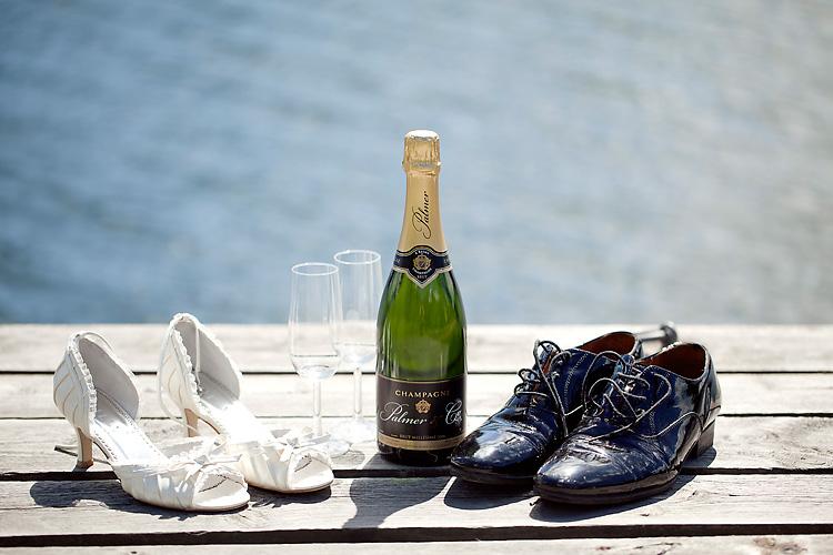 champagne och skor på bröllop i skärgården