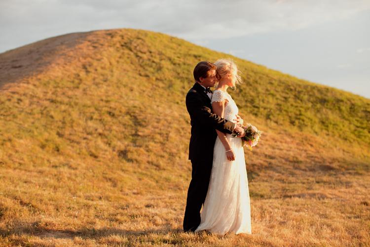 bröllopsfoto i solnedgång