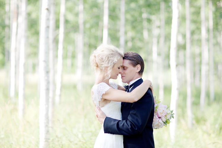 romantiska bröllopsbilder av ett par