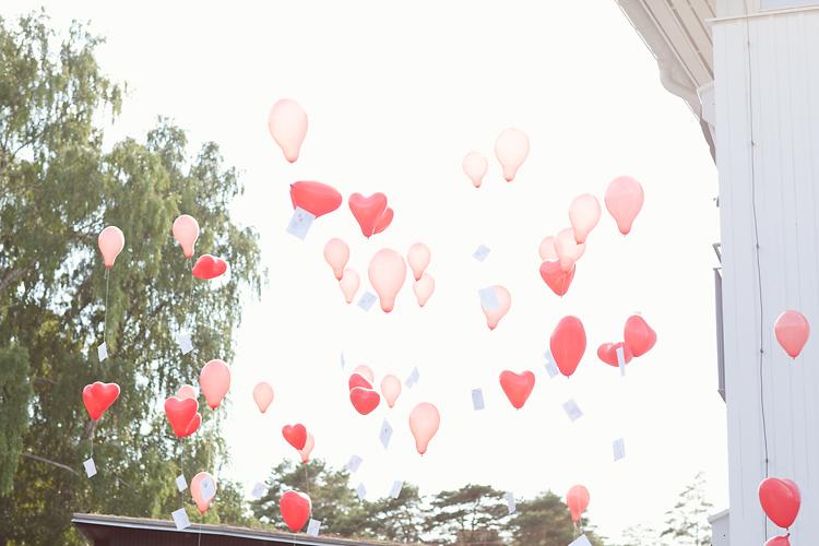 ballonger flyger mot himmelen på bröllop