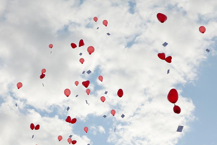 ballonger i himlen under bröllop
