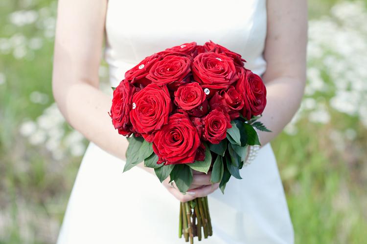 brudbukett röda rosor