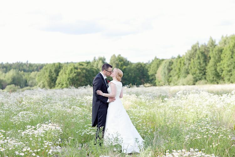 romantisk bröllopsfotografering på sommaräng i Stockholm