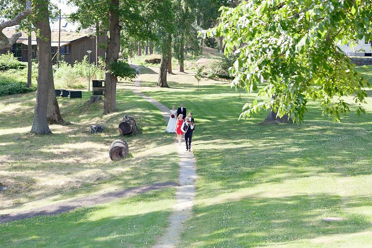folkmusiker och brudpar som promenerar till vigsel i Sånga_Säby