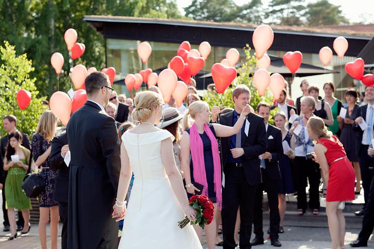 balonger och brydpar på bröllop