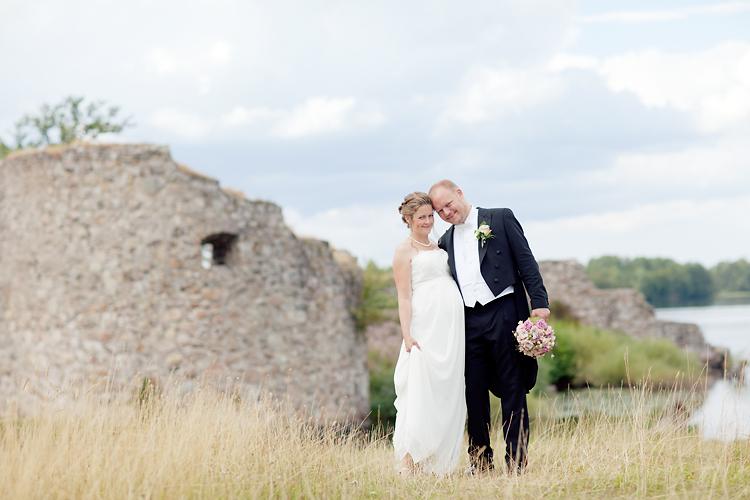 Brudpar fotat vid slottsruin