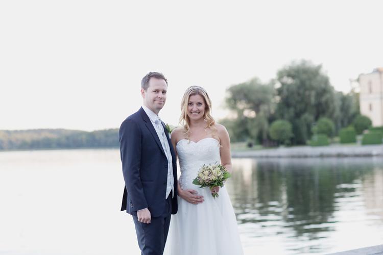 Gravid brud gifter sig i Bromma