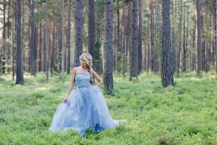 Blå Disa Lova Weddings klänning fotograferad i Stockholm