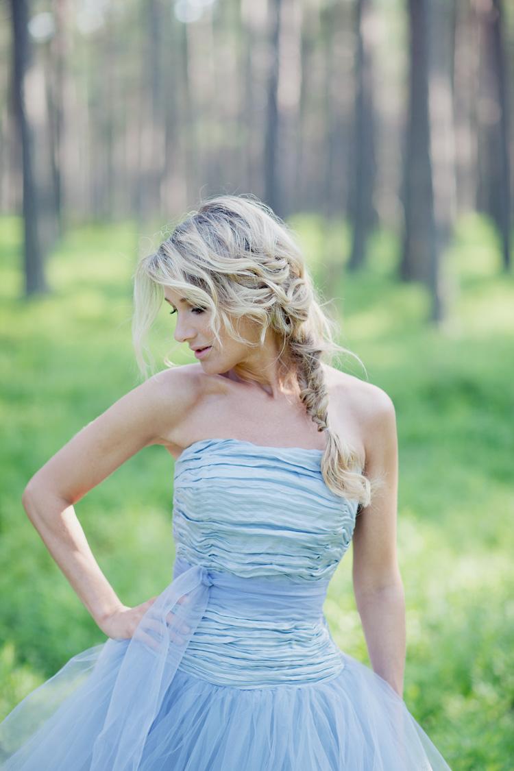 romantisk bild på tjej blå klänning i skog