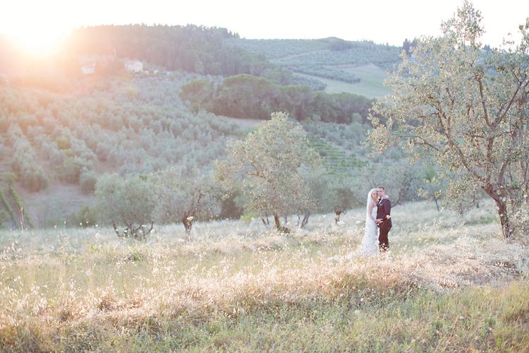 ›röllopsfotografering i solnedgång i Toscana