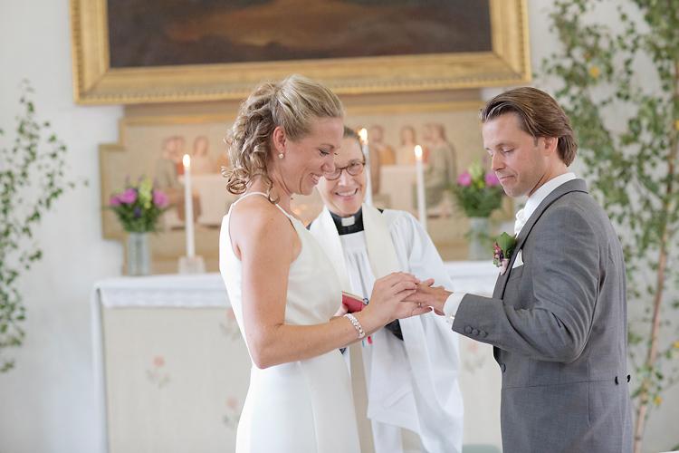ringväxling i Utö Kyrka brudpar med präst