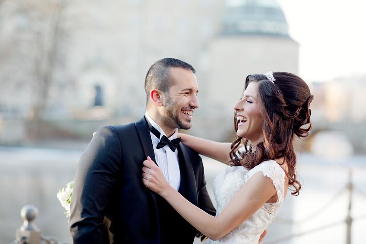 Brudpar som skrattar Örebro Slottt