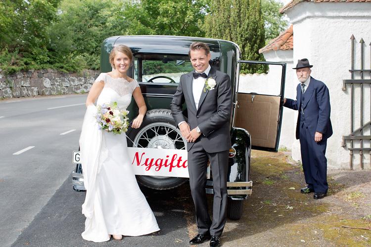 brudpar vid bil