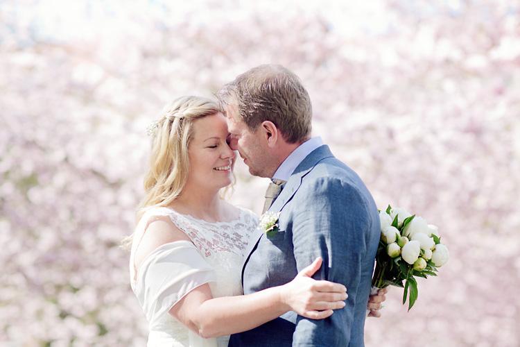 Bröllop i Göteborg med rosa körsbärsblommor