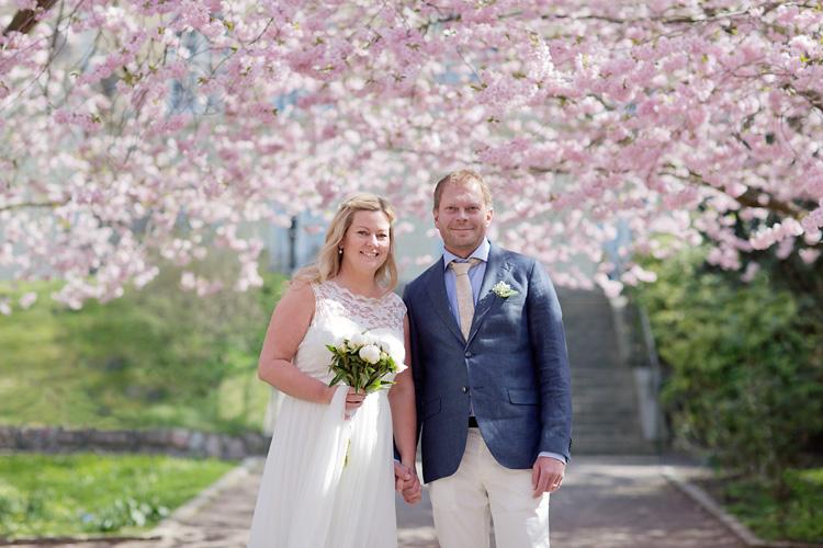 Bröllopsfotograf Göteborg Jessica Lund fotograferar par under rosa körsbärsträd