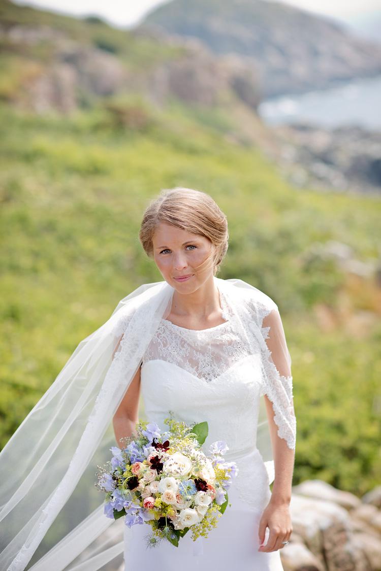 Brud med brudbukett vilda blommor