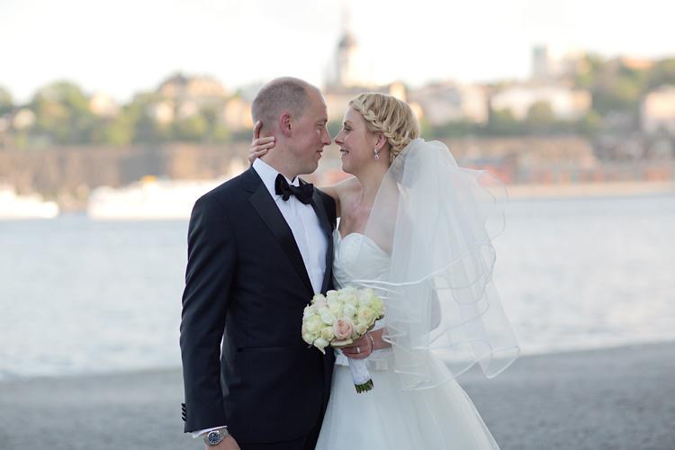 Stämningsfull bild på brudpar i Stockholm