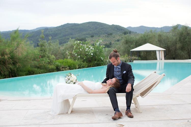 bröllopsfotografering brudpar vid pool