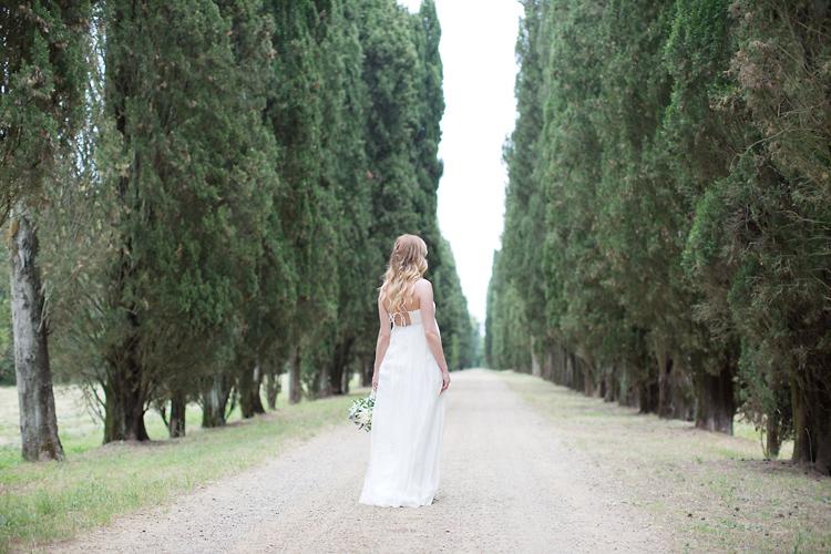 brud i Italien fotograferad i alle med cypresser