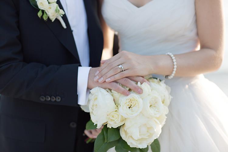 Ringar och vit brudbukett