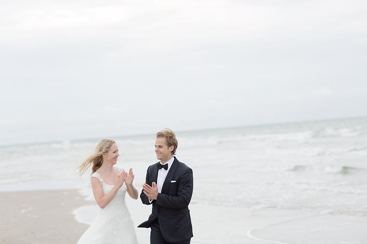 Brudpar på strand