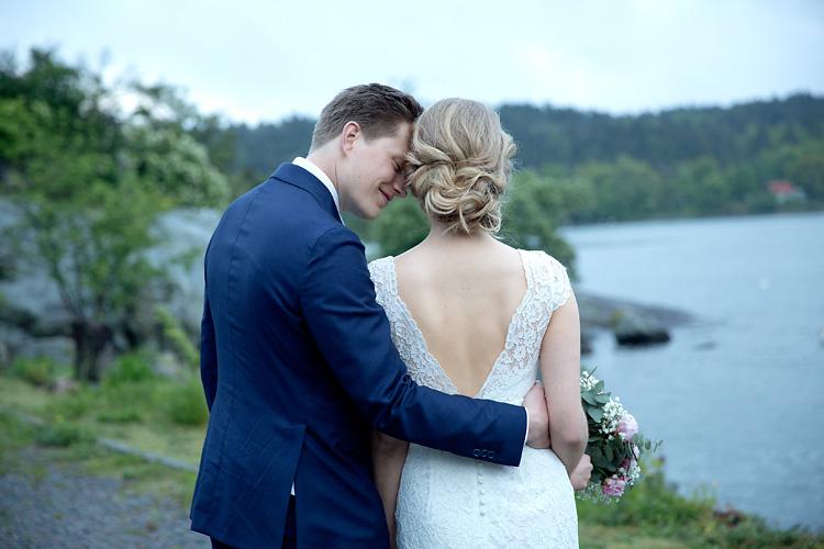 Brudgum håller om brud i Stockholms skärgård
